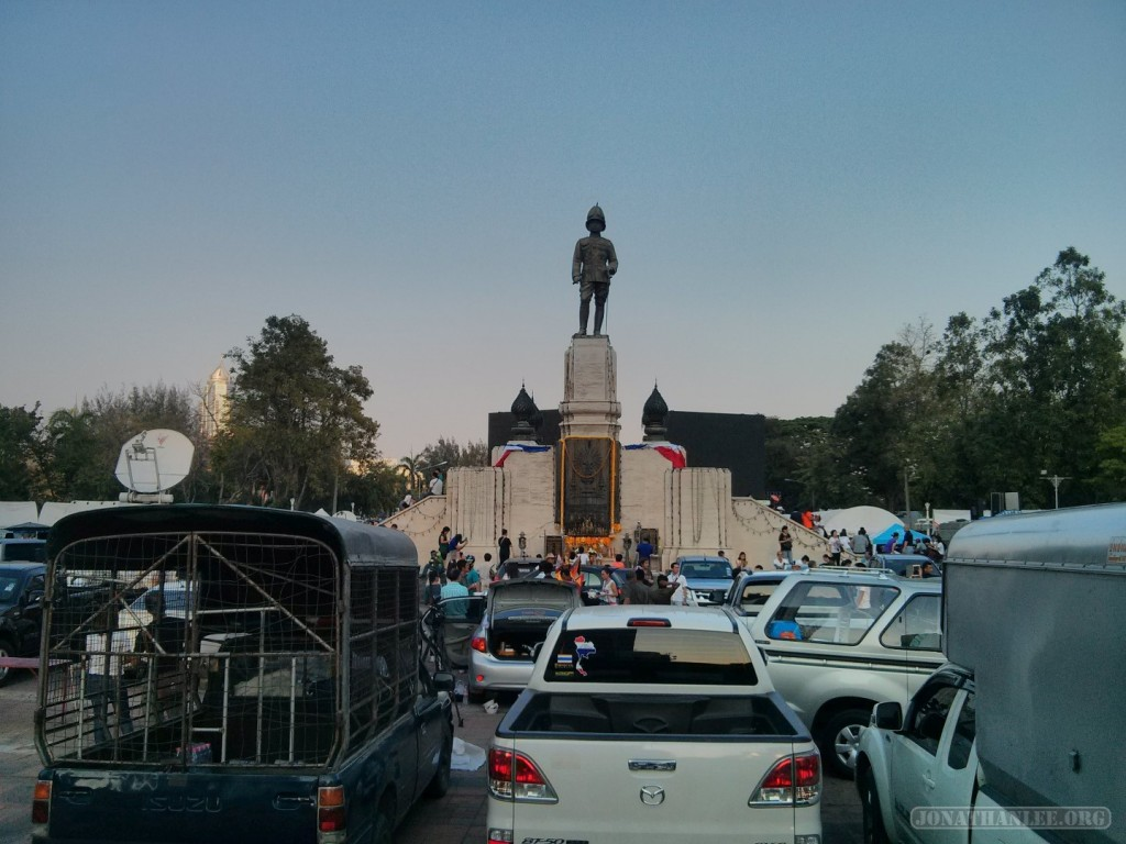 Bangkok again - Lumphini park King Rama statue