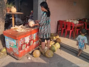 Kampot - coconut cutting