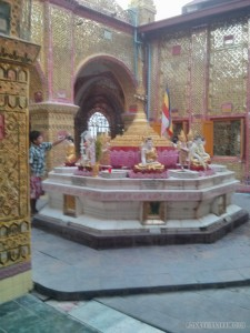 Mandalay - Su Taung Pyi Pagoda washing buddha