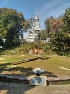 Phnom Penh - Wat Phnom giant clock