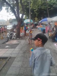 Songkran in Bangkok - Khao San dueling kids 1