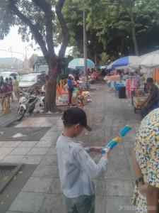 Songkran in Bangkok - Khao San dueling kids 2