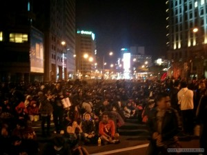 Taipei 101 New Years 2014 fireworks - crowd gathering 1