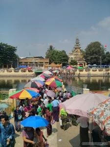 Yangon - Maha Wizaya Pagoda crowded bridge