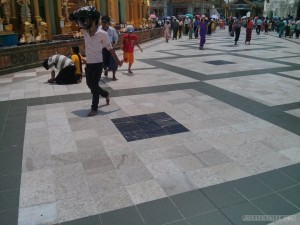 Yangon - Shwedagon pagoda hot floors